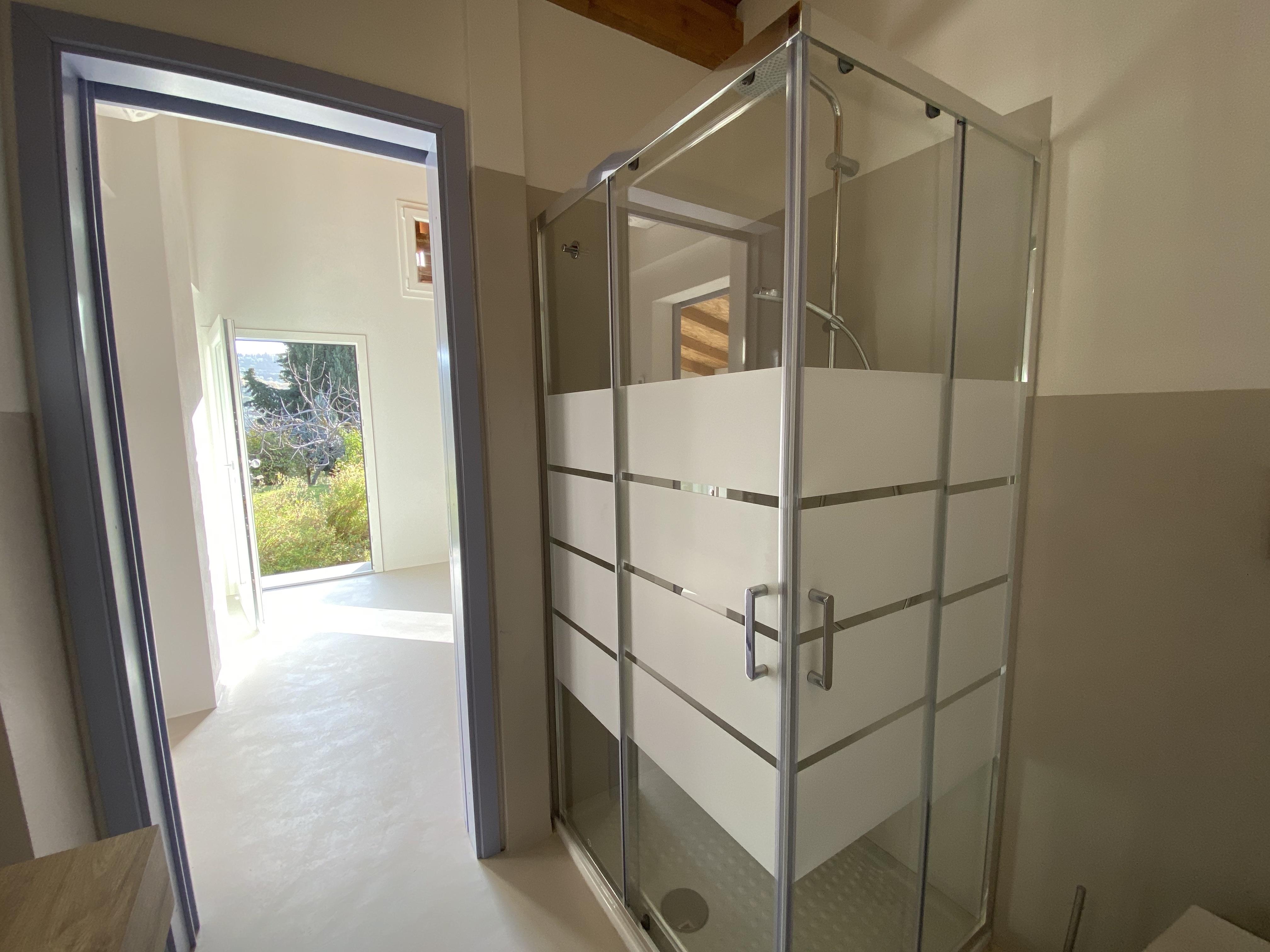 Toskanisches Badezimmer mit Kristalldusche